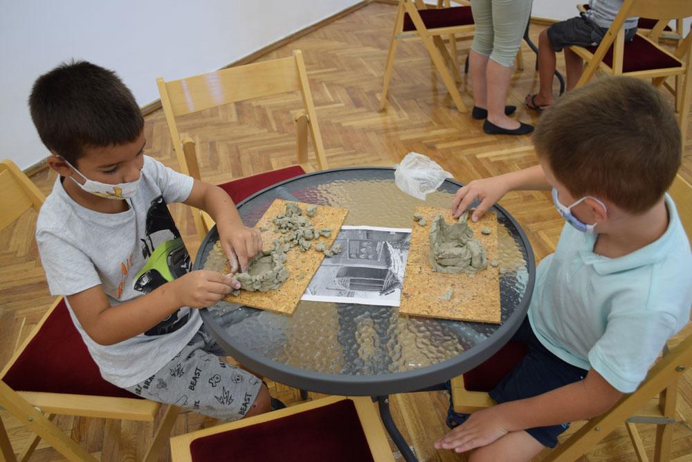 """Radionica """"praistorijske kuće"""" za decu u Muzeju grada Bačka Palanka u toku Evropke noći muzeja"""