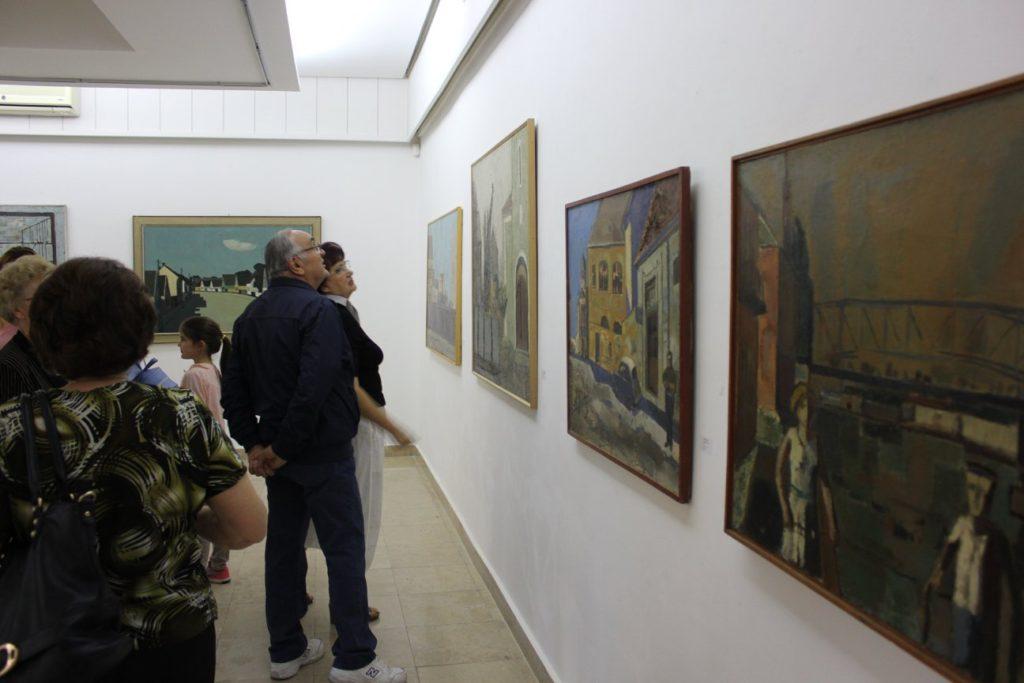 Savremena galerija Zrenjanin publika gleda slike