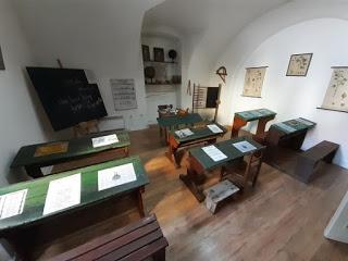 """Stalna potavka Zavičajnog muzeja Ruma pod nazivom """"Učionica iz prošlih vremena"""""""