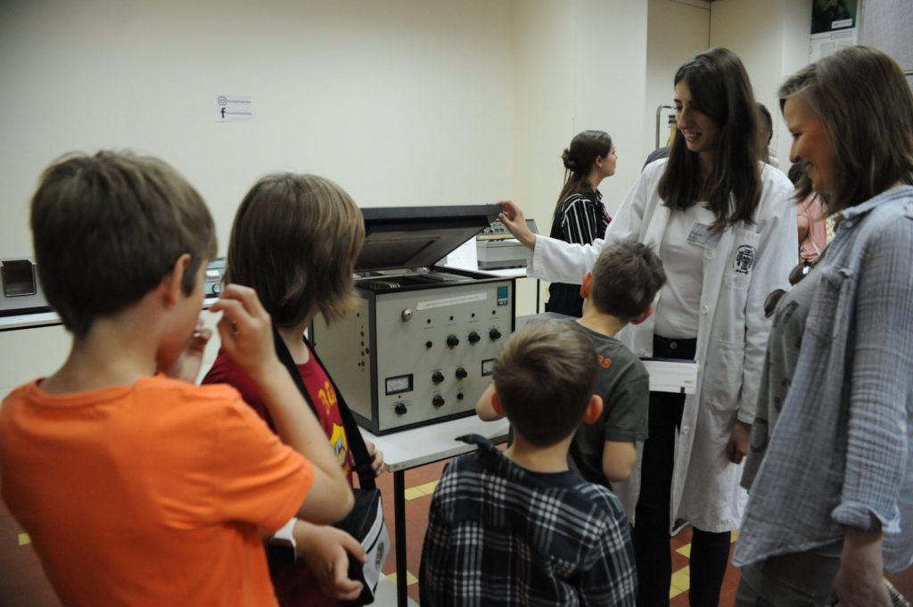 Volonterka pokazuje gasni hromatograf