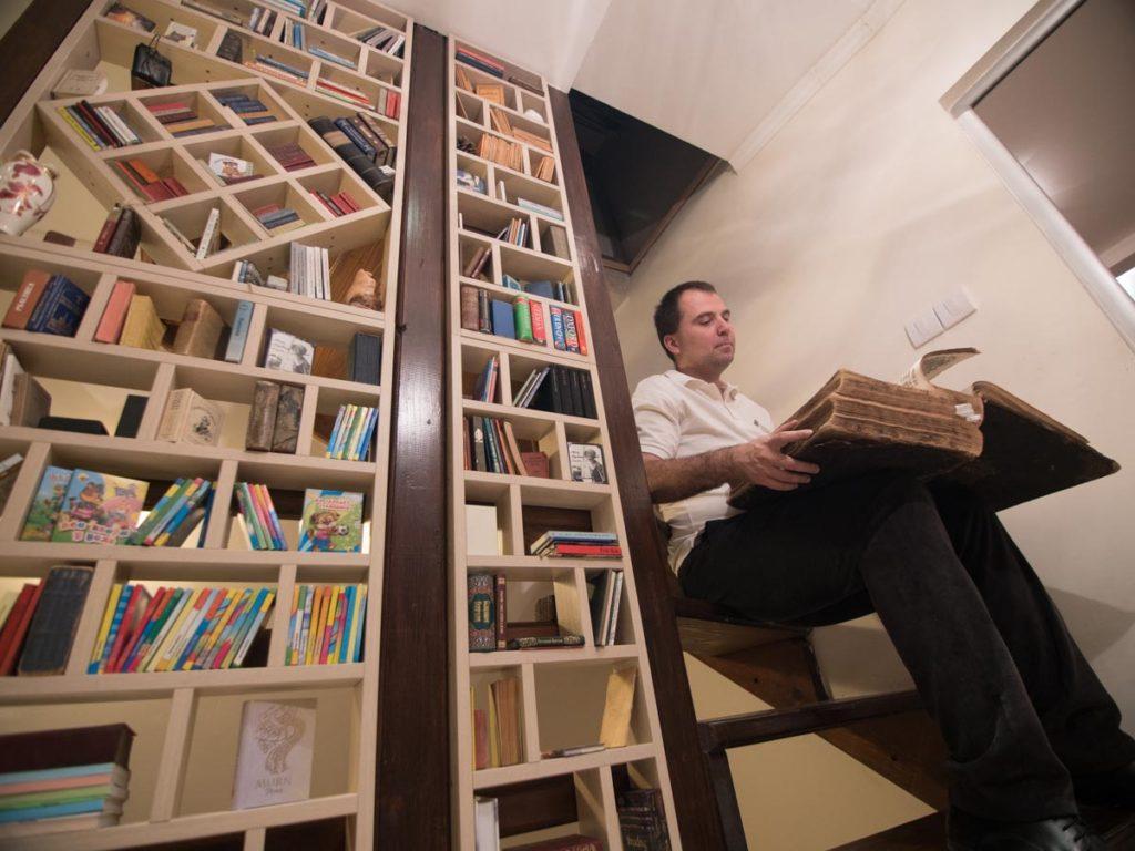 Udruženje Adligat - biblioteka i brojne knjige u njoj