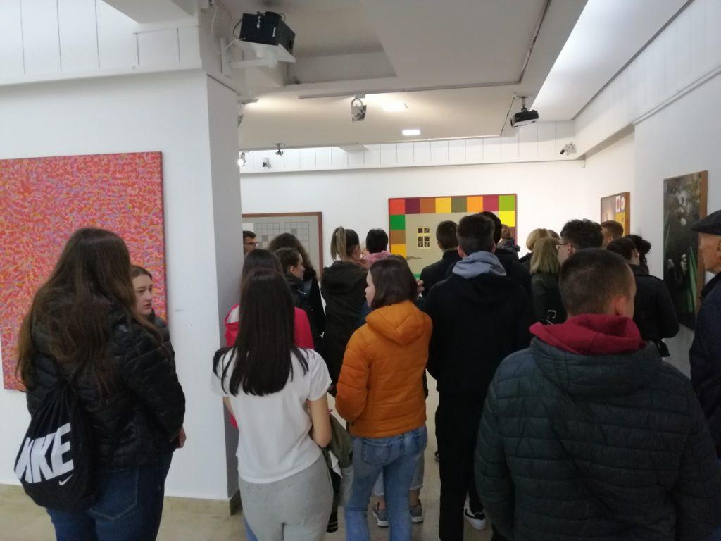 Posetioci izložbe u Savremenoj galeriji Zrenjanin
