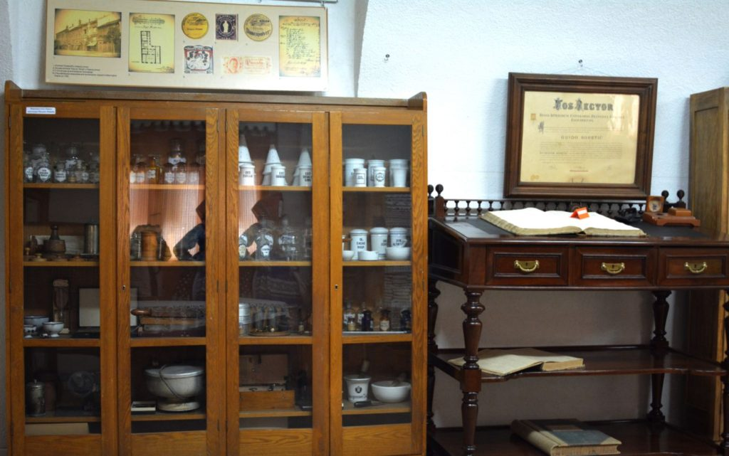 Farmaceutski inventar i sto pisara u Zavičajnom muzeju Ruma - Manifestacija Muzeji za 10