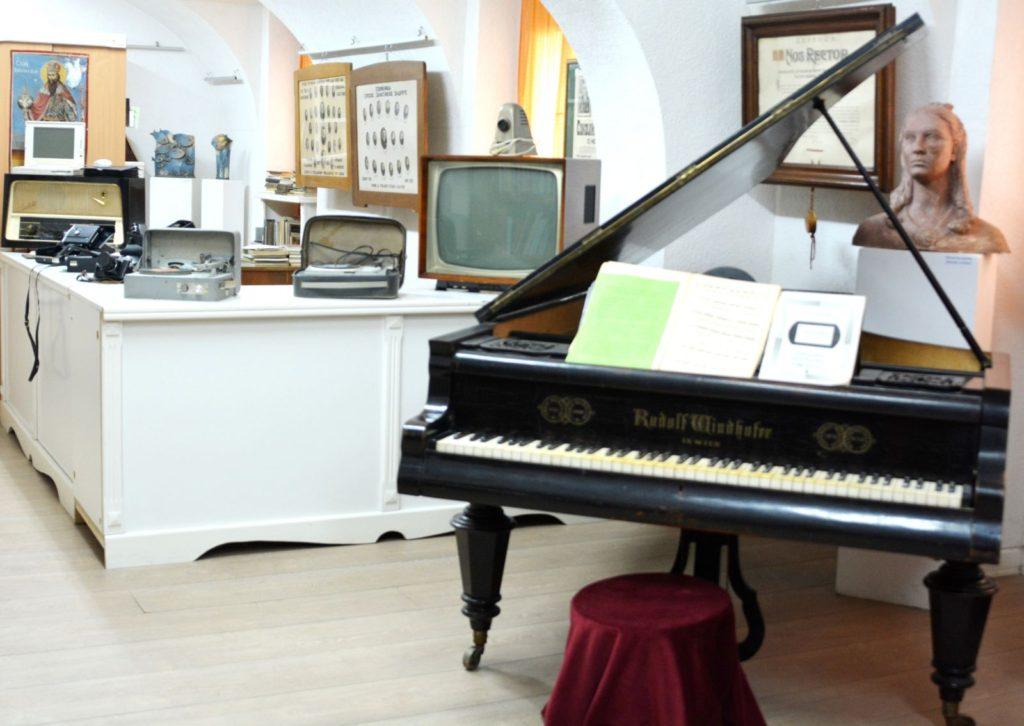 Polukoncertni klavir u Zavičajnom muzeju Ruma - Manifestacija Muzeji za 10